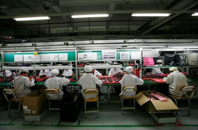 Nhân viên Foxconn tại nhà máy Longhua, Trung Quốc. Ảnh: Reuters.