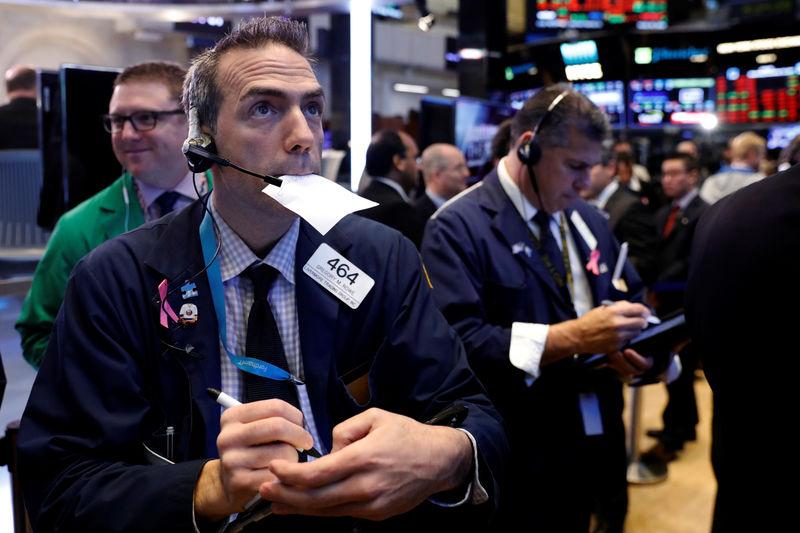 Phố Wall lại bị bán tháo, Dow Jones giảm hơn 700 điểm