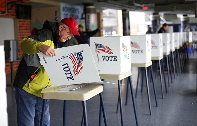 Nhân viên bầu cử thiết lập bốt bỏ phiếu tại Oklahoma ngày 28/10. Ảnh: AP.