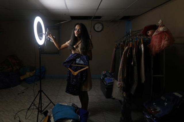 Kanittha Thongnak chuẩn bị cho một buổi bán hàng trực tuyến. Ảnh: Reuters.