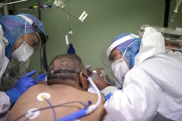 Y tá chăm sóc bệnh nhân Covid-19 ở Pháp ngày 28/10. Ảnh: AP.