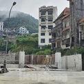"""<p> <span style=""""text-align:center;"""">Móng công trình bỏ hoang ngay trung tâm Thị trấn Tam Đảo.</span></p>"""