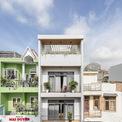 <p> Ngôi nhà nằm trong con hẻm ở một trong những quận đông dân cư nhất của TP HCM. Khách hàng đã mua nó với cấu trúc ban đầu không để phục vụ nhu cầu của gia đình.</p>