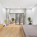 <p> Phòng ngủ được đẩy ra phía sau, cho phép giếng trời và phòng tắm được kết hợp thành một không gian mở với lượng ánh sáng tự nhiên và không khí trong lành.</p>