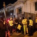 """<p class=""""Normal""""> Tại Nhà Trắng, tối 2/11, các công nhân cũng được triển khai để lắp một hàng rào kim loại ngay lối vào. Loại hàng rào này từng được dựng lên trong đợt biểu tình gần Nhà Trắng hồi giữa năm. Nó có thể bao trọn toàn bộ khu vực quanh Nhà Trắng, bao gồm cả quảng trường Ellipse và Lafayette.</p> <p class=""""Normal""""> Giới chức liên bang Mỹ tái triển khai các hàng rào """"chống leo trèo"""" quanh Nhà Trắng trong bối cảnh các lực lượng an ninh và hành pháp chuẩn bị cho kịch bản bùng phát biểu tình ở thủ đô Washington quanh cuộc bầu cử tổng thống, theo nguồn tin giấu tin am hiểu vấn đề.</p> <p class=""""Normal""""> Ảnh: <em>AFP.</em></p>"""