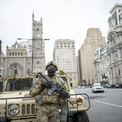 """<p class=""""Normal""""> Vệ binh Quốc gia tuần tra quanh Tòa thị chính thành phố Philadelphia, bang chiến trường Pennsylvania, hôm 30/10. Lực lượng an ninh được triển kha khắp thành phố sau khi Walter Wallace Jr, 27 tuổi, bị cảnh sát bắn chết bằng ít nhất 14 phát đạn.</p> <p class=""""Normal""""> Nhiều thống đốc Mỹ hôm 2/11 cho biết họ chắc chắn sẽ huy động lực lượng Vệ binh Quốc gia phòng trường hợp các cuộc biểu tình sau ngày bầu cử trở nên bạo lực và áp đảo cảnh sát địa phương. Hàng trăm binh sĩ Vệ binh Quốc gia trước đó đã được huy động để hỗ trợ các bang thiếu hụt nhân viên bầu cử do đại dịch Covid-19.</p> <p class=""""Normal""""> Tuần trước, khoảng 10 bang đã điều Vệ binh Quốc gia để thực hiện các nhiệm vụ liên quan bầu cử và 14 bang khác dự kiến huy động lực lượng này trong tuần bầu cử.</p> <p class=""""Normal""""> Ảnh: <em>AFP.</em></p>"""