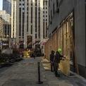 <p> Tổ hợp các tòa nhà ở khu Rockefeller Center, trung tâm thành phố New York, chuẩn bị cho tình huống xấu xảy ra sau khi có kết quả bầu cử. Ảnh: <em>The New York Times.</em></p>