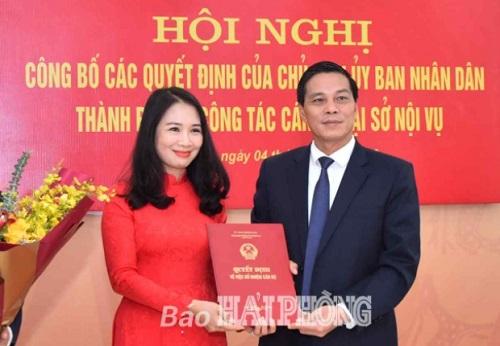 Ông Nguyễn Văn Tùng, Chủ tịch UBND tỉnh Hải Phòng trao quyết định