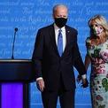 <p> Đầu tiên phải kể đến chiếc váy hoa đến từ nhà mốt lừng danh Dolce &amp; Gabana. Jill đã kết hợp nó với chiếc khẩu trang có cùng họa tiết khi tham gia cuộc tranh luận tổng thống cuối cùng của Mỹ vào tháng 10 vừa qua. Bà được khen ngợi vì sự lựa chọn trang phúc khéo léo, nổi bật nhưng vẫn thanh lịch và sang trọng. (Ảnh: <em>Getty</em>)</p>