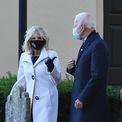 <p> Jill và chồng bà, Joe Biden luôn tuân thủ nghiêm ngặt việc đeo khẩu trang trong suốt chiến dịch tranh cử. Chiếc áo khoác màu trắng thời thượng mà bà mặc trong ngày bầu cử năm 2020 cũng là một sự lựa chọn được đánh giá cao. (Ảnh: <em>Getty</em>)</p>