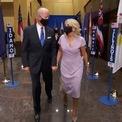 <p> Trong một hội nghị ảo vào tháng 8 năm 2020, vợ ông Joe Biden xuất hiện trong bộ váy hồng nhẹ nhàng bên cạnh chồng mình. (Ảnh:<em>Getty</em>)</p>