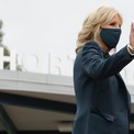 <p> Jill có vẻ rất yêu thích tông xanh đậm. Bà diện một bộ suit sang trọng màu xanh kết hợp cùng các loại vòng tay khác nhau trong chiến dịch tranh cử vào hồi tháng 9. (Ảnh:<em>Getty</em>)</p>