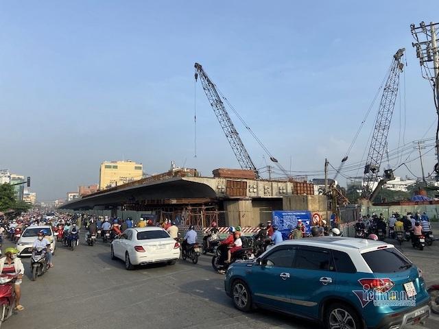 Dự án Cầu Bưng chưa hẹn ngày về gây áp lực giao thông, kẹt xe thường xuyên xảy ra vào giờ cao điểm trên đường Lê Trọng Tấn