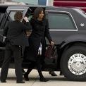 """<p> Xuất phát từ sự an toàn, các thành viên gia đình tổng thống không được phép tự ý mở cửa sổ trong nhà hay cửa kính ôtô. Bà Michelle Obama từng chia sẻ trong một cuộc trò chuyện với Ellen DeGeneres: """"Tôi nhớ những ngày hạ kính xe xuống để tận hưởng làn gió mát rượi. Đã nhiều năm trôi qua kể từ lần cuối tôi được làm điều đó. Đây sẽ là việc đầu tiên tôi làm ngay khi rời khỏi Nhà Trắng"""". Ảnh:<em> AP.</em></p>"""