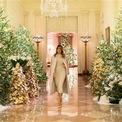 """<p> Đặc biệt, các nữ chủ nhân Nhà Trắng luôn gìn giữ truyền thống chọn chủ đề Giáng Sinh hàng năm. Không chỉ thể hiện tinh thần ngày lễ, việc làm này còn thể hiện khả năng tổ chức, sức sáng tạo và phong cách cá nhân của từng người. Năm 1961, phu nhân Jackie Kennedy, bạn đời Cố Tổng thống Kennedy, là người khởi xướng trào lưu này với chủ đề """"Chú lính Kẹp Hạt Dẻ"""". Tiếp nối truyền thống, năm 1995, phu nhân Hillary Clinton trang trí cây thông Noel dựa trên câu chuyện """"Đêm trước Giáng Sinh"""". Năm ngoái, Đệ nhất phu nhân Melania Trump đã khiến Nhà Trắng bừng sáng với chủ đề """"Tinh thần nước Mỹ"""". Ảnh:<em> Getty.</em></p>"""