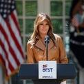 """<p> Thế nhưng, chính phủ và người dân Mỹ lại kỳ vọng các đệ nhất phu nhân tài trợ và công khai ủng hộ cho những chiến dịch phi đảng phái nhằm cải thiện đời sống xã hội. Hoạt động này gần như trở thành truyền thống của các nữ chủ nhân Nhà Trắng suốt hàng trăm năm qua. Bà Todd Lincoln đứng lên bảo vệ quyền lợi cho nô lệ da màu và thương binh; bà Michelle Obama tổ chức chiến dịch """"Let's Move!"""" nhằm cổ vũ trẻ em hình thành thói quen ăn uống lành mạnh và bà Melania Trump cũng tuyên bố ủng hộ việc giáo dục trẻ em sử dụng mạng xã hội đúng cách qua tổ chức """"Be Best"""". Ảnh: <em>Reuters.</em></p>"""