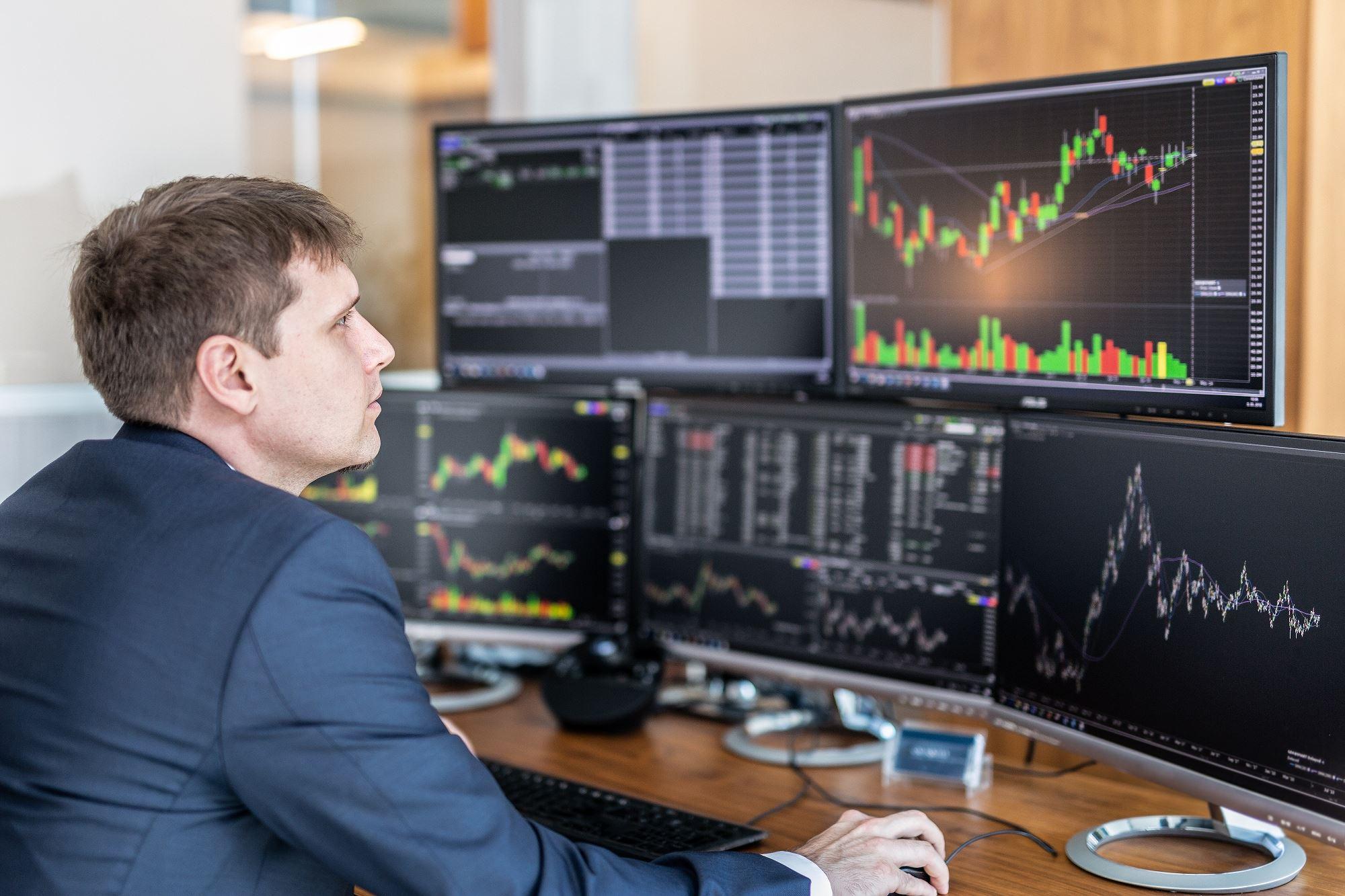 Khối ngoại tiếp tục bán ròng 592 tỷ đồng trên HoSE trong phiên 11/11