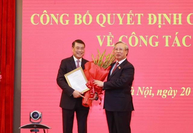 Trần Quốc Vượng, Ủy viên Bộ Chính trị, Thường trực Ban Bí thư trao Quyết định của Bộ Chính trị về công tác cán bộ cho đồng chí Lê Minh Hưng vào ngày 20/10 Ảnh: TTXVN