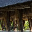 <p> Mái tôn được đặt cân đối ở vị trí thấp, được thiết kế kỹ thuật để bảo vệ cấu trúc bên trong khỏi ánh nắng và mưa trực tiếp, nhưng cũng cho phép không gian luôn thông thoáng.</p>