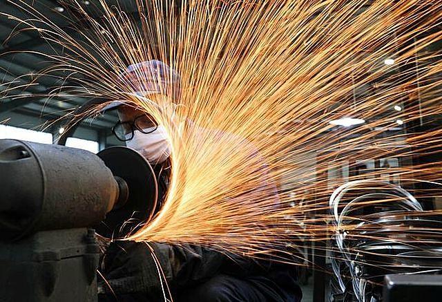 Công nhân trong một nhà máy thép ở Hàng Châu. Ảnh: Reuters