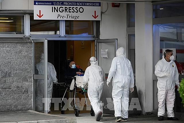 Ngày 13/11, Bộ Y tế Italy đã ban hành chỉ thị mới bổ sung thêm 2 vùng là Campania và Toscana vào danh sách vùng đỏ - vùng có rủi ro cao nhất về dịch bệnh COVID-19. Chỉ thị có hiệu lực từ ngày 15/11. Ảnh: TTXVN phát