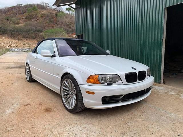 Ngoài phần mui xe và thiết kế 2 cửa, chiếc mui trần này giống hệt BMW 3-Series thế hệ E46 sedan