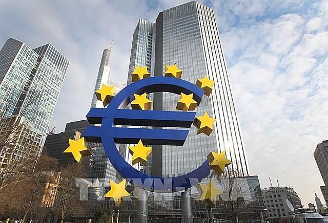 Do tác động của đại dịch COVID-19, kinh tế Eurozone đã sụt giảm 12,7% từ tháng 1-9 năm nay. Ảnh: TTXVN phát