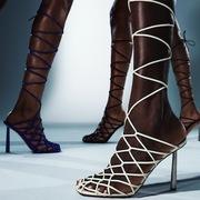 Rihanna ra mắt bộ sưu tập giày Fenty mới, thiết kế bởi Amina Muaddi