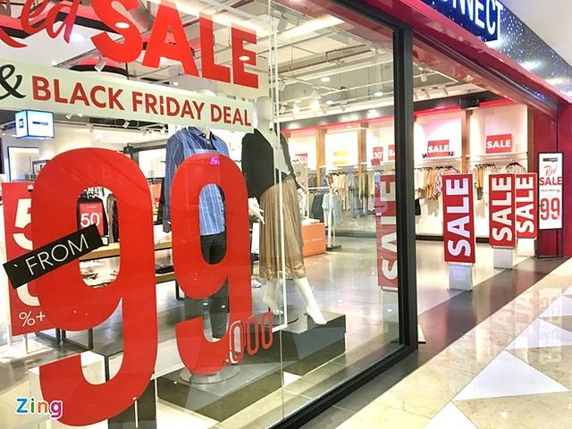 Mặc dù triển khai khuyến mãi Black Friday từ sớm, không khí mua sắm tại trung tâm thương mại trên đường Nguyễn Chí Thanh (Đống Đa, Hà Nội) vẫn ảm đạm. Ảnh: Thanh Thương.