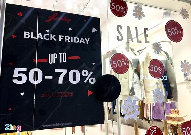 """Hơn một tuần nữa mới đến Black Friday nhưng nhiều cửa hàng đã tung khuyến mại """"khủng"""" để thu hút khách hàng. Ảnh: Thanh Thương."""
