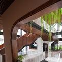 <p> Không gian bên trong được chia thành 3 tầng và 1 tầng áp mái, cách bố trí các tầng liên thông là cầu thang kéo dài từ sảnh chính lên khu sinh hoạt chung.</p>