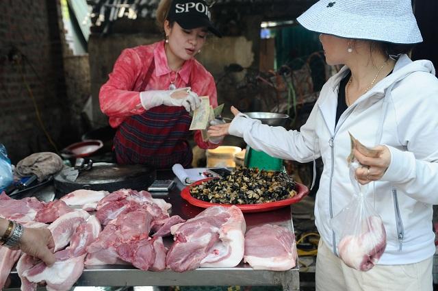 Giá lợn hơi xuống thấp nhất một năm, giá thịt ngoài chợ vẫn đắt