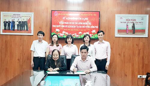 NHCSXH tỉnh Hưng Yên ký hợp đồng tín dụng với khách hàng được vay vốn.