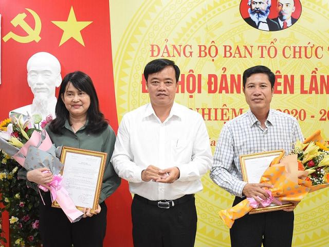 Ông Huỳnh Quốc Việt, Phó bí thư Thường trực Tỉnh ủy (đứng giữa) trao quyết định, tặng hoa chúc mừng bà Huỳnh Thị Thanh Loan và ông Trần Hữu Phước.