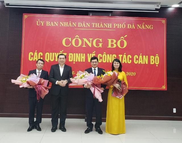 Chủ tịch UBND thành phố Huỳnh Đức Thơ trao quyết định và tặng hoa chúc mừng ông Lê Tùng Lâm, ông Trần Phước Sơn và bà Trần Thị Thanh Tâm.