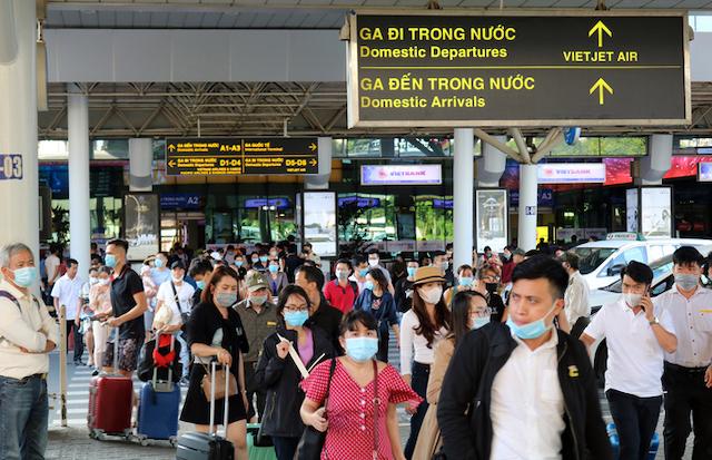 Khách đi bộ băng ngang qua làn A trước ga quốc nội của sân bay để đón xe, chiều 17/11. Ảnh: Gia Minh