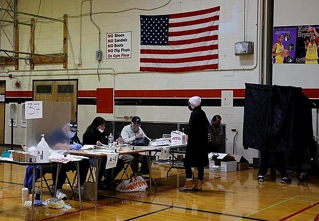 Các nhân viên bầu cử trong ngày bầu cử ở Philadelphia, Pennsylvania. Ảnh: Reuters.