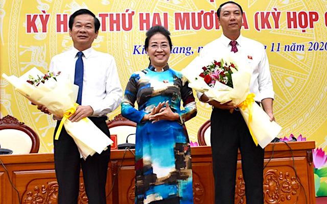 Ông Lâm Minh Thành (bên phải) được bầu giữ chức Chủ tịch UBND tỉnh Kiên Giang.