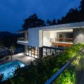 <p> Các kiến trúc sư của Idee Architects Vietnam muốn có một cấu trúc ngang, rõ ràng giữa 2 góc nhìn này, để không gian được mở rộng liên tục về mọi hướng. Do đó, biệt thự gồm 2 khu vực block 1 tầng và block 2 tầng vuông góc với nhau.</p>