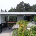 <p> Một mái dốc thoải dẫn đến sân chung và bể bơi tạo ra một không gian sinh hoạt riêng biệt cho phép phòng khách và phòng ăn.</p>