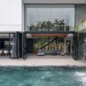 <p> Một thác nước lớn đổ xuống bể bơi từ đây tạo ra một khung cảnh ngoạn mục, và là một điểm đáng chú ý của ngôi nhà.</p>
