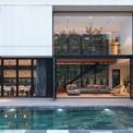 <p> Vật liệu được lựa chọn để tôn lên nét nhẹ nhàng của ngôi nhà, sàn nhà với màu bê tông tươi sáng cho tất cả các khu vực chung, mở rộng từ bên trong nhà ra ngoài sân để làm mờ khoảng cách.</p>