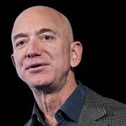 Jeff Bezos tặng gần 700 triệu USD làm từ thiện