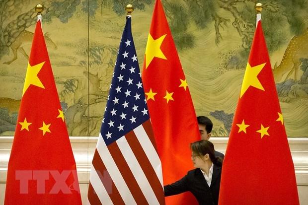 Quốc kỳ Trung Quốc và quốc kỳ Mỹ trước một phiên thảo luận về thỏa thuận thương mại Mỹ-Trung. Ảnh: AFP/TTXVN