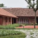 <p> Về kiến trúc, các khối nhà được làm bằng gạch, lợp ngói, gợi nhắc về phong cách kiến trúc truyền thống của một số nước châu Á. Mái ngói cùng mái hiên rộng đem lại cảm giác gần gũi, thân thuộc.</p>