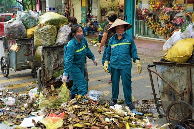 Rác thải ùn ứ ở phố Yên Phụ được phóng viên Lao Động ghi nhận. Ảnh: Tùng Giang