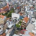 """<p> Ngôi nhà nằm ở một vị trí khá nổi bật, gần với các công trình kiến trúc lịch sử của TP HCM như Nhà thờ Tân Định, chợ Tân Định. Ngoài ra, căn nhà nằm giữa quận 3 được coi là khu vực xôm tụ nhất thành phố. Vào sáng sớm hay chiều tà, gia chủ có thể nghe rõ tiếng chuông từ Nhà thờ, hoặc chỉ cần bước ra khỏi nhà vài bước chân là bạn có thể chạm trực tiếp vào không gian """"hẻm"""" của Sài Gòn, có thể coi là một đặc sản của văn hóa đô thị.</p>"""