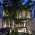 <p> Ý tưởng chính là tạo ra một không gian sống lơ lửng trên khu vườn mini, cho bạn cảm giác như đang đi trên những cây cầu. Tất cả hoạt động chính trong ngôi nhà sẽ được kết nối xuyên suốt với khu vực trống giữa cây cỏ, nước và ánh sáng tự nhiên.</p>