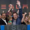 <p> Năm 2010 đánh dấu bước tiến mới của Tesla khi trở thành hãng ôtô Mỹ đầu tiên niêm yết cổ phiếu kể từ sau Ford vào năm 1956. Cổ phiếu Tesla lên sàn Nasdaq với giá 17 USD/cổ phiếu, huy động được 226 triệu USD. (Ảnh: <em>Bloomberg</em>)</p>