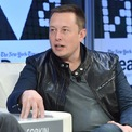 <p> Lớn lên tại Nam Phi, Elon Musk tự học lập trình và bán mã nguồn cho video game đầu tiên của mình với giá 500 USD khi mới 12 tuổi. Trước sinh nhật lần thứ 18, Musk chuyển tới Canada và làm nhiều công việc nặng nhọc như cắt gỗ, xúc hạt và vệ sinh lò hơi trong xưởng gỗ với thu nhập 18 USD/giờ - mức lương ấn tượng vào năm 1989. (Ảnh: <em>Getty Images</em>)</p>